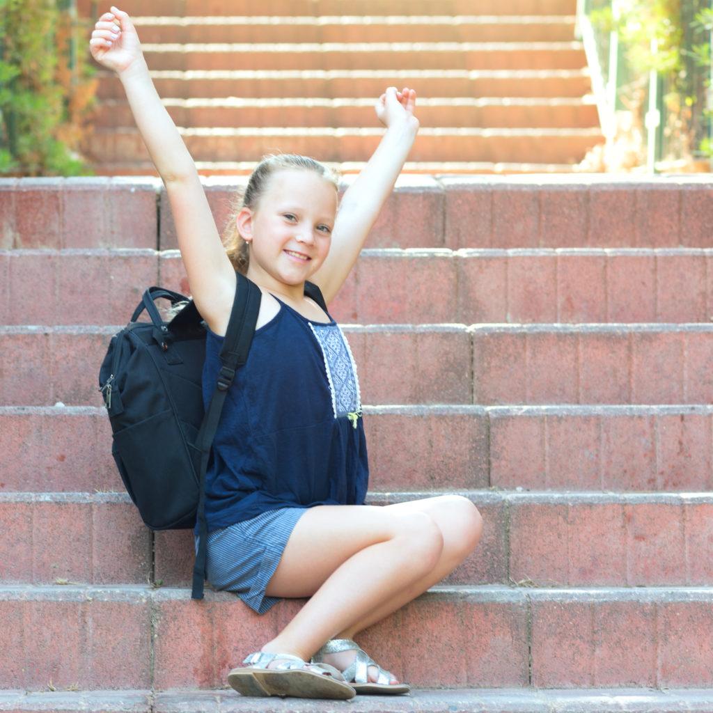 Mädchen mit Rucksack auf Treppe